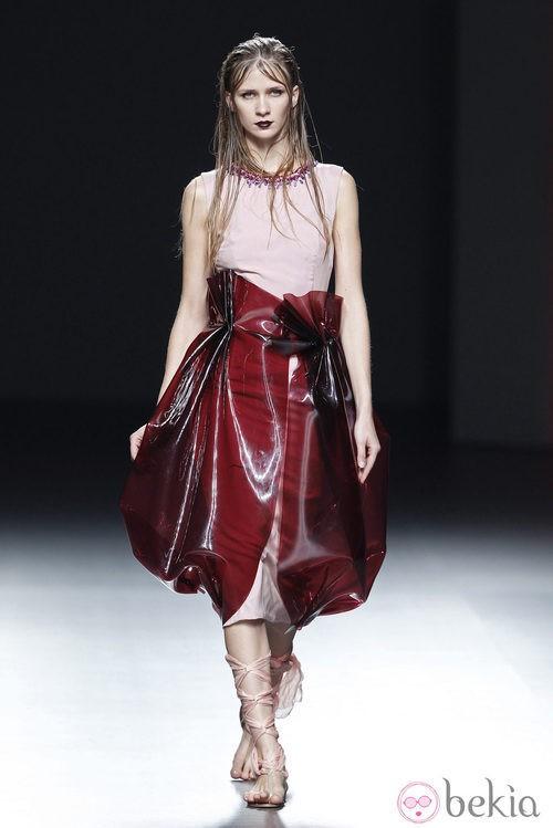 Vestido rosa palo de la colección primavera/verano 2014 de María Barros en Madrid Fashion Week