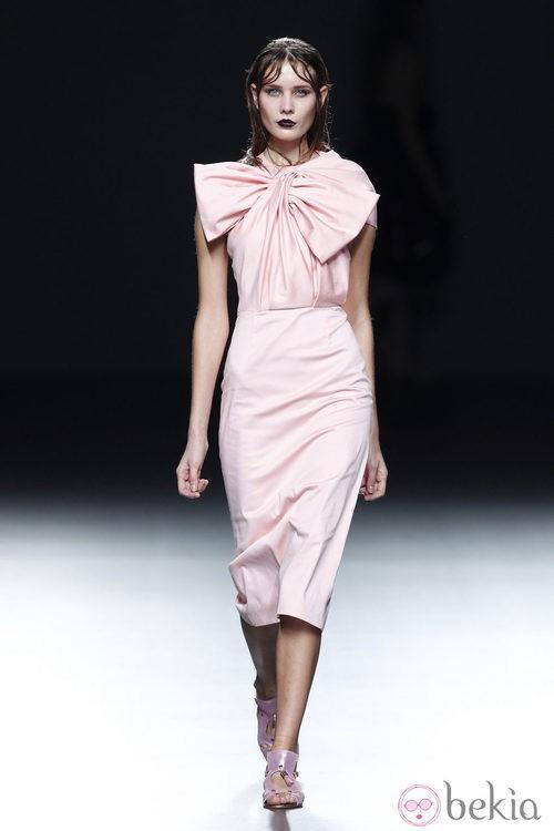 Vestido con lazo de la colección primavera/verano 2014 de María Barros en Madrid Fashion Week