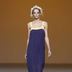 Vestido largo morado de la colección primavera/verano 2014 de Sara Coleman en Madrid Fashion Week