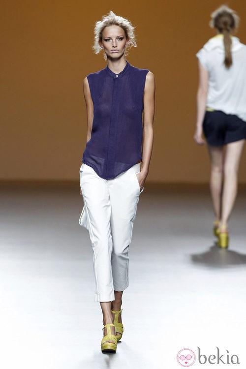Pantalones blancos capri de la colección primavera/verano 2014 de Sara Coleman en Madrid Fashion Week
