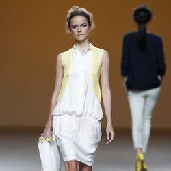 Vestido blanco de la colección primavera/verano 2014 de Sara Coleman en Madrid Fashion Week