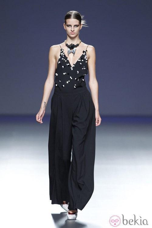 Mono negro de la colección primavera/verano 2014 de Moisés Nieto en Madrid Fashion Week