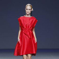 Vestido rojo de la colección primavera/verano 2014 de Moisés Nieto en Madrid Fashion Week