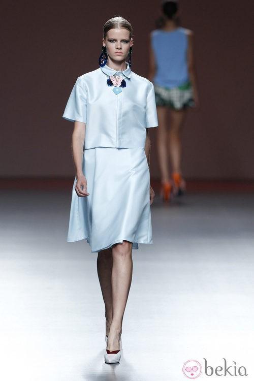 Chaqueta y falda azul bebé de la colección primavera/verano 2014 de Moisés Nieto en Madrid Fashion Week