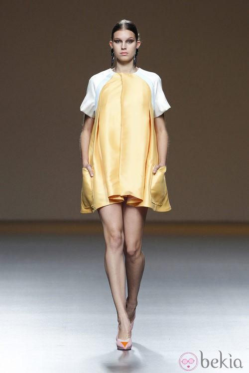 Vestido amarillo de la colección primavera/verano 2014 de Moisés Nieto en Madrid Fashion Week