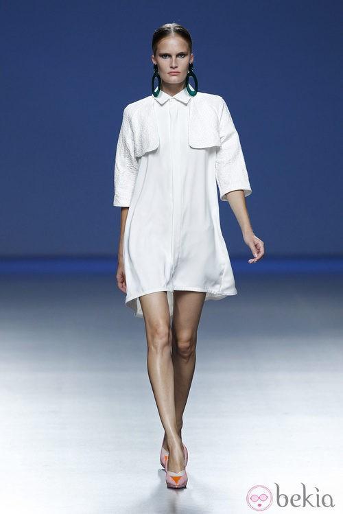 Vestido blanco de la colección primavera/verano 2014 de Moisés Nieto en Madrid Fashion Week