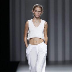 Crop top y pantalón blanco de la colección primavera/verano 2014 de Sita Murt en Madrid Fashion Week