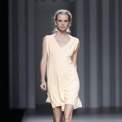 Vestido en color melocotón de la colección primavera/verano 2014 de Sita Murt en Madrid Fashion Week