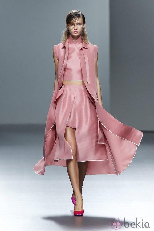 Conjunto rosa de la colección Juan Vidal primavera/verano 2014 en Madrid Fashion Week