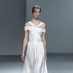 Vestido blanco plisado de la colección Juan Vidal primavera/verano 2014 en Madrid Fashion Week