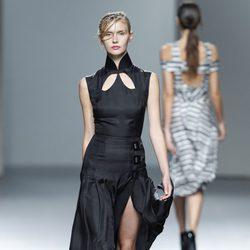 Vestido negro de la colección Juan Vidal primavera/verano 2014 en Madrid Fashion Week