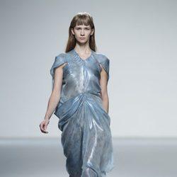 Vestido azul grisáceo de la colección primavera/verano 2014 de Martin Lamothe en Madrid Fashion Week