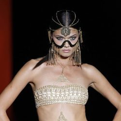 Biquini blanco y dorado de la colección primavera/verano 2014 de Dolores Cortés en Madrid Fashion Week