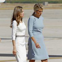 La Princesa Letizia charlando con Máxima de Holanda a su llegada a España