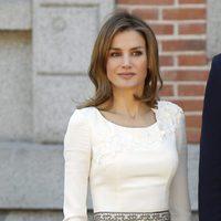La princesa Letizia con un vestido blanco de Felipe Varela