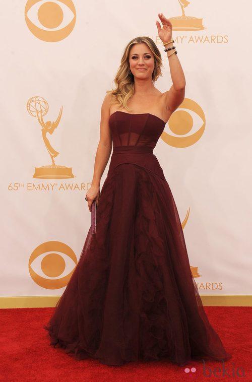 Kaley Cuoco con un vestido de Vera Wang en la alfombra roja de los premios Emmy 2013