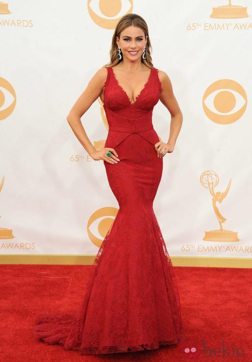 Sofía Vergara con un vestido de Vera Wang y Lorraine Schwartz en la alfombra roja de los premios Emmy 2013