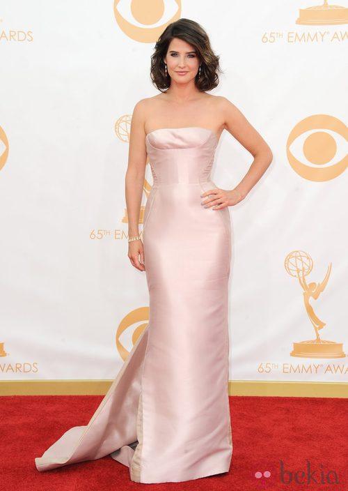 Cobie Smulders con un vestido de J. Mendel en la alfombra roja de los premios Emmy 2013