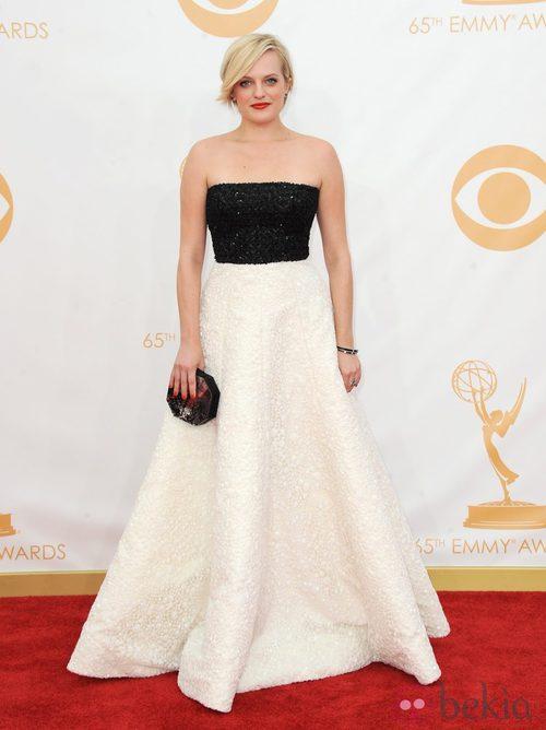 Elisabeth Moss con un vestido de Andrew Gn en la alfombra roja de los premios Emmy 2013