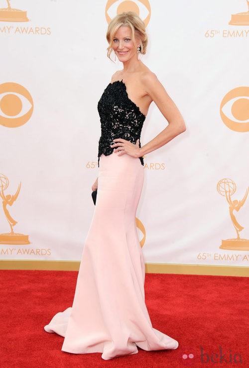 Anna Gun con un vestido de Romona Keveza en la alfombra roja de los premios Emmy 2013