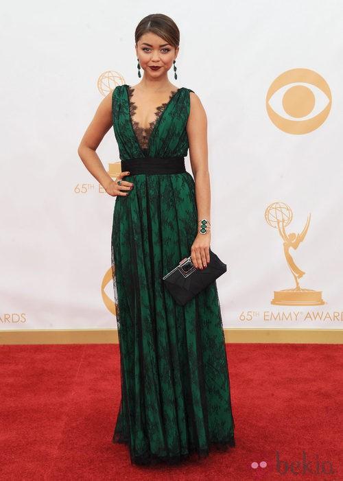 Sarah Hyland con un vestido de Carolina Herrera en la alfombra roja de los premios Emmy 2013