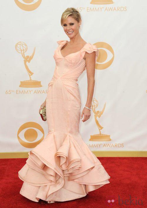 Julie Bowen con un vestido de Zac Posen en la alfombra roja de los premios Emmy 2013