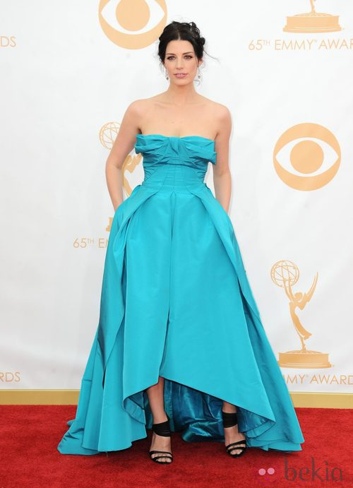 Jessica Paré con un vestido de Oscar de la Renta en la alfombra roja de los premios Emmy 2013