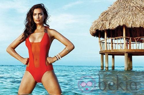 Irina Shayk con un bañador rojo de la colección verano 2014 de Beach Bunny