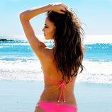 Irina Shayk de espaldas con un biquini rosa de la colección verano 2014 de Beach Bunny