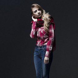 Laura Hayden con un look de camisa y vaqueros de la colección otoño/invierno 2013 de Levi's