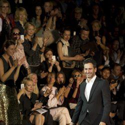 Marc Jacobs saluda tras su último desfile como diseñador de Louis Vuitton