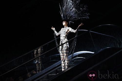 Edie Campbell inaugura el desfile primavera/verano 2014 de Louis Vuitton en Paris