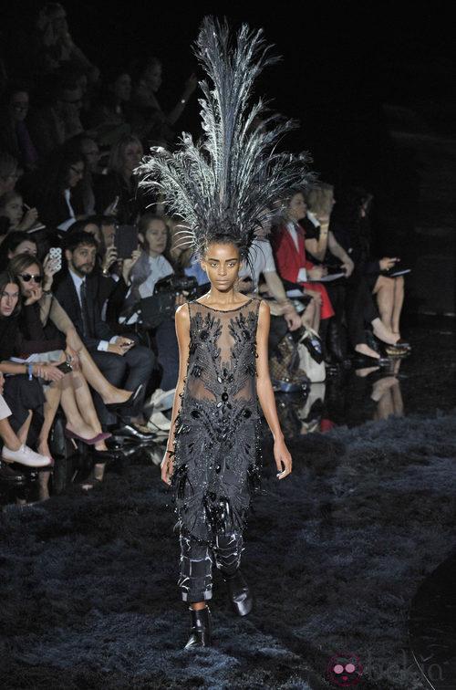 Jumpsuit de plumas de la colección primavera/verano 2014 de Louis Vuitton en Paris