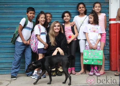 Cara Delevingne con unos niños durante una sesión de fotos en Río de Janeiro, Brasil