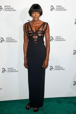 Naomi Campbell con un vestido negro