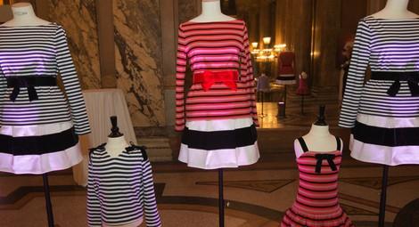 Diseños de Christian Lacroix para la firma francesa Petit Bateau presentados en la ópera de Paris