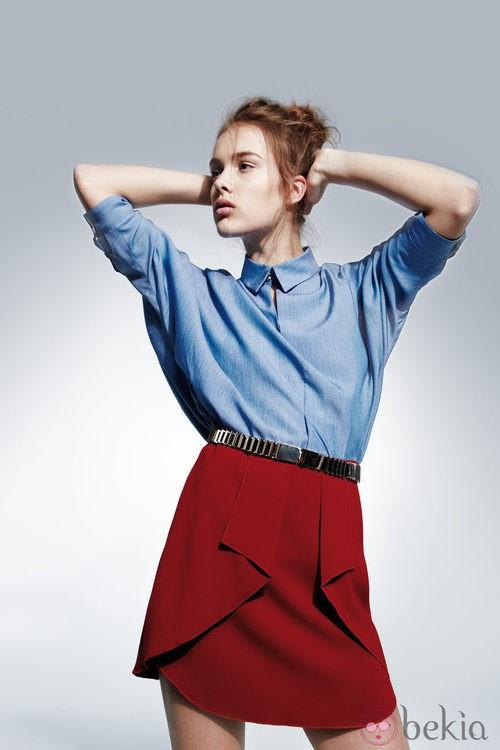 Minifalda roja de la colección otoño/invierno 2013/2014 de Adolfo Domínguez