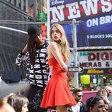 Cara Delevingne con un vestido coral durante el shooting de la campaña primavera/verano 2014 de DKNY