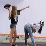 Cara Delevingne posando con un casco de rugby para el shooting de la campaña primavera/verano 2014 de DKNY