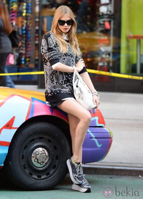 Cara Delevingne posando con sudadera durante el shooting de la campaña primavera/verano 2014 de DKNY