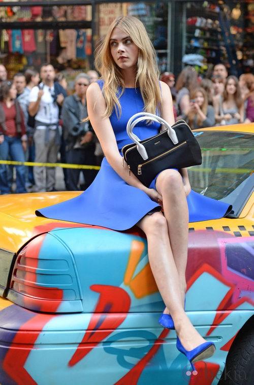 Cara Delevingne esperando durante el shooting de la campaña primavera/verano 2014 de DKNY