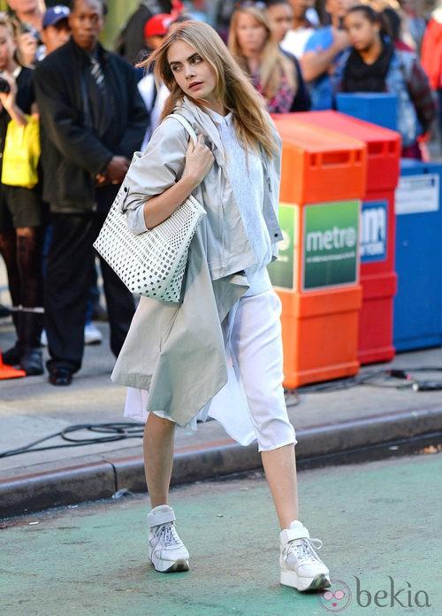 Cara Delevingne posando con un total look durante el shooting de la campaña primavera/verano 2014 de DKNY