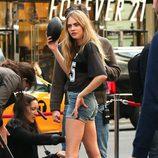 Cara Delevingne preparándose para el shooting de la campaña primavera/verano 2014 de DKNY