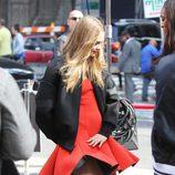 Cara Delevingne bromeando durante el shooting de la campaña primavera/verano 2014 de DKNY
