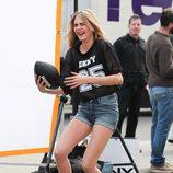 Cara Delevingne ríe durante el shooting de la campaña primavera/verano 2014 de DKNY