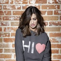 Sara Carbonero posando con una sudadera de 'The Hip Tee by Sara'