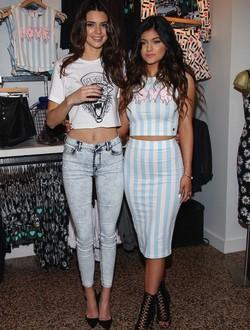 Kendall y Kylie Jenner durante la presentación de su colección 'Kendall&Kylie' para PacSun