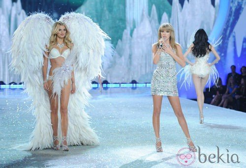 Taylor Swift y la modelo Maryna Linchuk durante el Victoria's Secret Fashion Show 2013