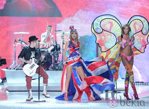 Taylor Swift, Fall Out Boy y Karlie Kloss durante el Victoria's Secret Fashion Show 2013
