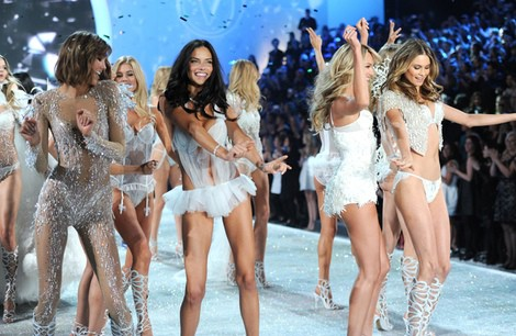 Los ángeles de Victoria's Secret bailando durante el Victoria's Secret Fashion Show 2013
